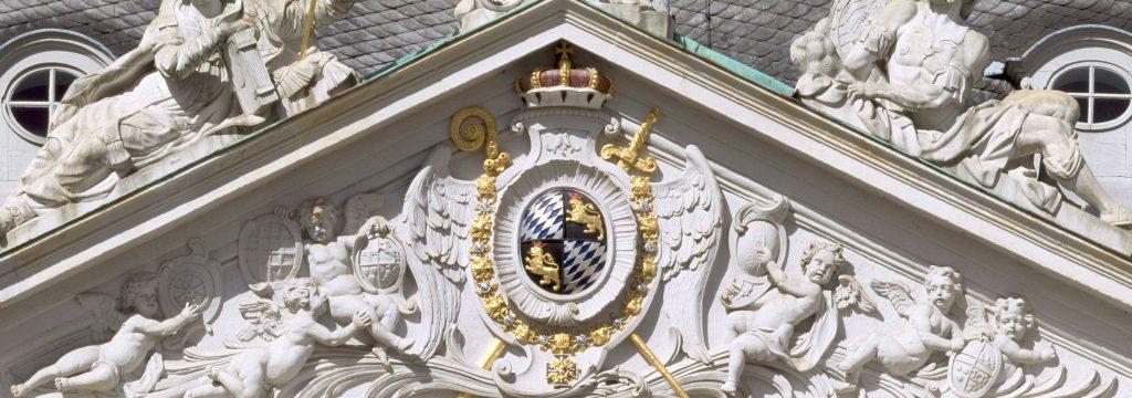 Brühl, Schloss Augustusburg, Ehrenhof, Giebel über dem Vestibül